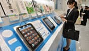 実際の書籍と読み比べができる電子書籍の立ち読みコーナー(東京都千代田区の丸善丸の内本店)も人気を博している