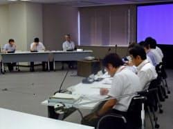 規制委の審査会合で津波対策を説明する関西電力の担当者ら(右側)