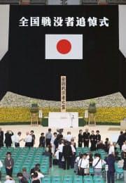 全国戦没者追悼式の式場に入る参列者(15日午前、東京都千代田区の日本武道館)