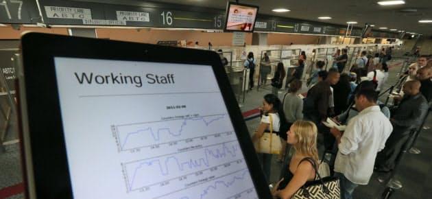 入国者の待ち時間などを入力すると、必要なブースの数を割り出すことができるシステム(成田空港第1ターミナルの入国審査場)