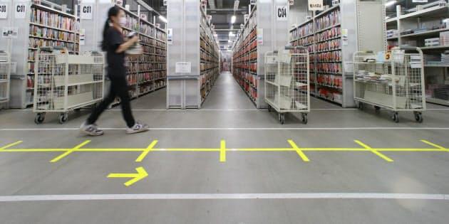 「10秒間に何歩」と指示し、歩く速さを統一する。倉庫内の通路には約80センチの間隔で目盛りが刻まれている(千葉県市川市の楽天物流)