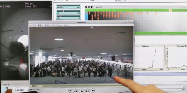 成田空港の入国審査場の様子を動画で撮影し、一人ひとりの動きをシミュレーションした(東京大学の西成研究室)