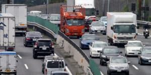 夏休みの週末ともなると各地で渋滞が発生する。神奈川県の保土ケ谷バイパスでは上下線とも車が連なっていた