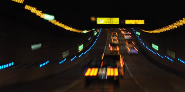 東京湾アクアラインのトンネル内には青いLEDライトが流れ、運転手に速度維持を意識させる(露光間ズームで撮影)