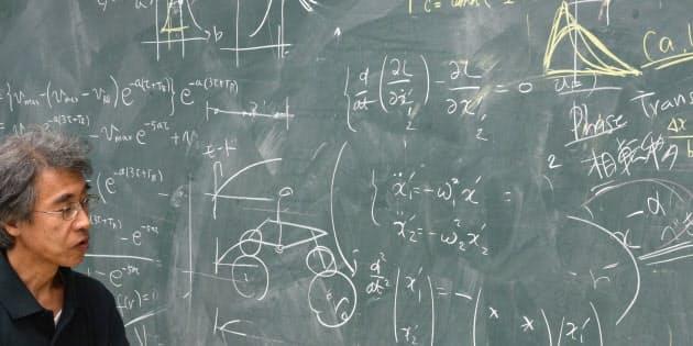 名古屋大学の杉山雄規教授は、渋滞を数学と物理学を使って表現する。車を使った実証実験も行い、車間距離によって渋滞が生まれる仕組みを解明した