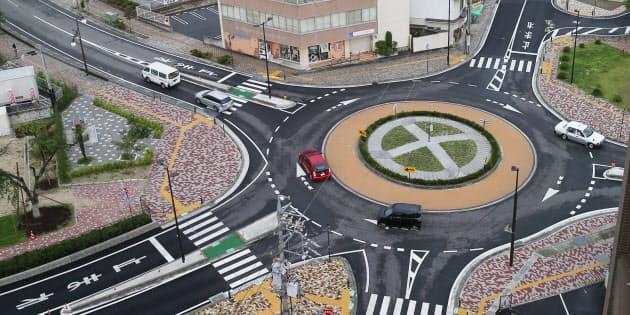 信号機のいらないロータリー式の交差点「ラウンドアバウト」。環道を走行する側に優先権があり、一方通行。災害時に強く、事故の減少にも効果が期待されている(長野県飯田市)