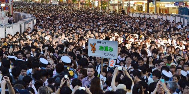 「花火はカメラではなく、みなさんの目に焼き付けて下さい」。隅田川花火大会で立ち止まりがちな見物客を、警視庁の機動隊員が気のきいた言葉で誘導する(東京都台東区)