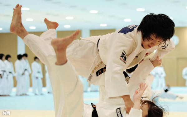 柔道の世界選手権に向けた合宿で練習する浅見八瑠奈=上=(17日、味の素ナショナルトレーニングセンター)=共同