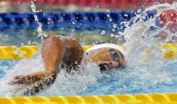 男子200メートル個人メドレー決勝 1分59秒95で初優勝した天理・砂間敬太の自由形(17日、長崎市民総合プール)=共同