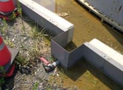 東京電力福島第1原発の地上タンク(右上)周辺で見つかった汚染水の水たまり(19日)=東電提供・共同