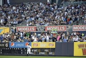 日米通算4000安打を達成し、2回の守備に就くイチローを祝福するファン(ヤンキースタジアム)=共同