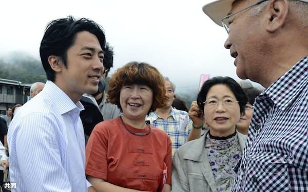 政権中枢には小泉氏(左)を来年夏の参院選で1人区遊説にフル回転させる戦略もある=共同