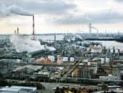CO2など温暖化ガスの排出規制は世界的な課題だ(写真は三重県の四日市コンビナート)