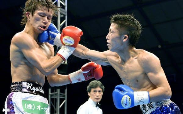 田口良一(左)を破り新王者となった井上尚弥(25日、座間市民体育館)=共同