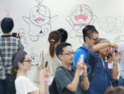 解体予定のビル内に漫画家が描いた落書きを見に訪れた多くの人たち(25日、東京都千代田区)