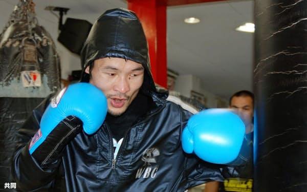 WBAスーパーフライ級暫定王座決定戦に向けた練習を公開した元同級王者の名城信男(26日、大阪市)=共同