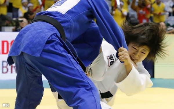 柔道の世界選手権女子48キロ級2回戦、アレクサンドラ・ポドリャドワ(左)に一本勝ちし、3回戦に進んだ浅見八瑠奈(26日、リオデジャネイロ)=共同