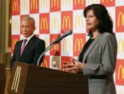記者会見する日本マクドナルドのサラ・カサノバ社長(右)と原田会長(27日、東京都新宿区)