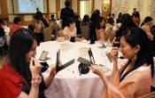 「オズモール」利用者らが参加した「美女子会」のメーク講座(東京都文京区のホテル椿山荘東京)
