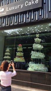 黒天鵝の店先に飾られた199万元のウエディングケーキは写真を撮る人が絶えない