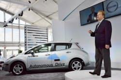 日産が「自動運転車」を2020年までに発売。発表するアンディ・パーマー副社長(27日、米アーバイン)=共同