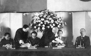 日中平和友好条約批准書に調印する8左から)鄧小平中国副首相、黄華中国外相、園田外相、福田首相(1978年)