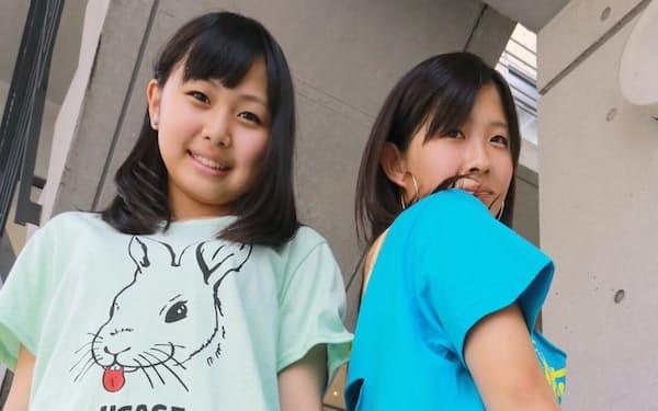 ポケットの裏地を出すと舌に見えるデザインの「アップスマイル」シリーズの服を着る若者(東京都渋谷区のアップスタート原宿店)