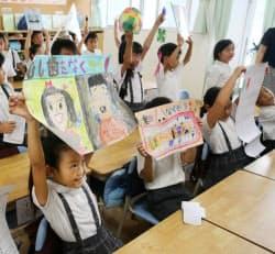 2学期がスタート。教室で夏休みの宿題を見せ合う児童(2日、東京都品川区の区立小中一貫校豊葉の杜学園)