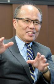 内閣法制局の小松一郎長官は、憲法解釈見直しの議論に「積極的に参加する」と話す