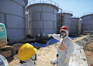 高濃度汚染水が漏れた福島第1原発。茂木経産相は地上タンク周辺を視察した