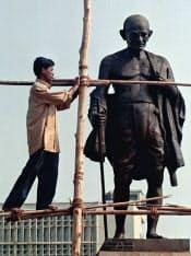 インドのムンバイに立つマハトマ・ガンジーの彫像(AP=共同)