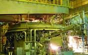 鉄スクラップを加工する東京製鉄の電炉