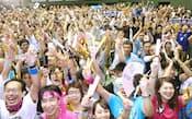 2020年五輪開催地が東京に決まり、喜ぶ人たち(8日午前、東京都世田谷区の駒沢体育館)