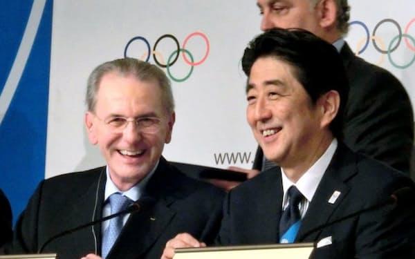 会見で笑顔を見せる安倍首相(右)とIOCのロゲ会長(7日、ブエノスアイレス)