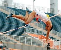 男子棒高跳び決勝 5メートル60の大会新記録で優勝した中京大の山本聖途(8日、国立競技場)=共同