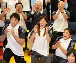 レスリングの五輪競技存続が決まり、喜ぶ(左から)米満達弘選手、吉田沙保里選手、伊調馨選手ら(9日未明、東京都内)