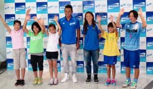 子どもたちと東京五輪の開催決定を喜ぶ北島と澤