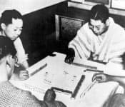 池田勇人蔵相(右)と宮沢喜一秘書官(左)。占領下時代から米側との折衝に腐心し、ともに後に総理大臣として対米交渉にあたった
