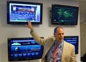 クラウドの運用状況や試合の分析データについて説明するIBMの担当者