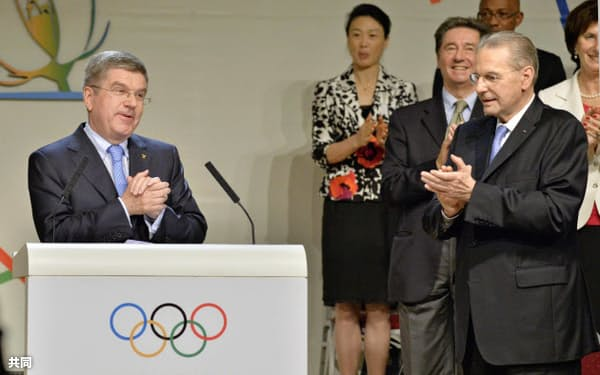 IOC会長に選出されたトーマス・バッハ氏(左)と拍手するIOCのロゲ会長(10日、ブエノスアイレス)=共同