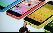 スマートフォン「iPhone」の低価格版を発表するアップルのティム・クックCEO=共同