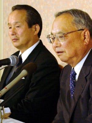 近畿日本鉄道は、大阪近鉄バファローズとオリックス・ブルーウェーブを合併することでオリックスの宮内義彦会長(ブルーウェーブオーナー)と合意したと話した(2004年6月)
