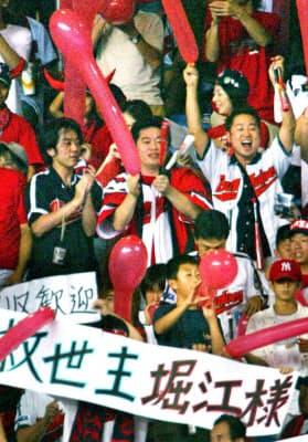 近鉄ファン(当時)に囲まれ、試合を観戦する堀江貴文氏。この人も新球団設立に名乗りを上げた(04年7月、大阪ドーム)=共同