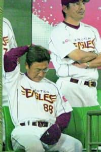 リードを許し、苦しい表情の楽天・田尾監督(05年8月、フルスタ宮城)=共同