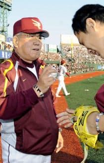 監督通算1500勝を達成し、田中(右)から受け取ったウイニングボールを手にする楽天・野村監督(09年4月29日、Kスタ宮城)=共同