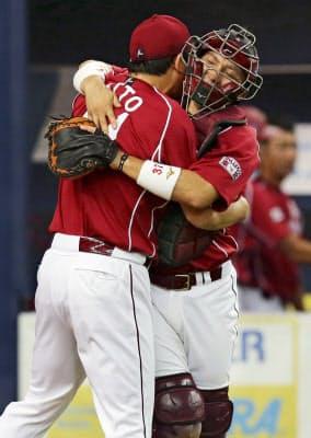 球団創設9年目で初めて優勝マジック「28」が点灯し、斎藤と抱き合って喜ぶ楽天・嶋(13年8月28日、京セラドーム)=共同