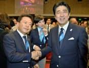 東京五輪開催で「.tokyo」は世界に普及しそうだ(7日、猪瀬都知事と握手する安倍首相)=共同