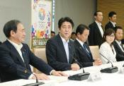 東京五輪関係閣僚会議では始終笑顔だった安倍首相だが……(10日午後、首相官邸)