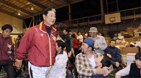避難所を訪れた楽天の星野監督ら(11年4月7日夜、仙台市若林区の六郷中学校)=共同