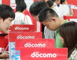NTTドコモの窓口でiPhone5cの予約をする人たち(13日、東京都千代田区のビックカメラ有楽町店)